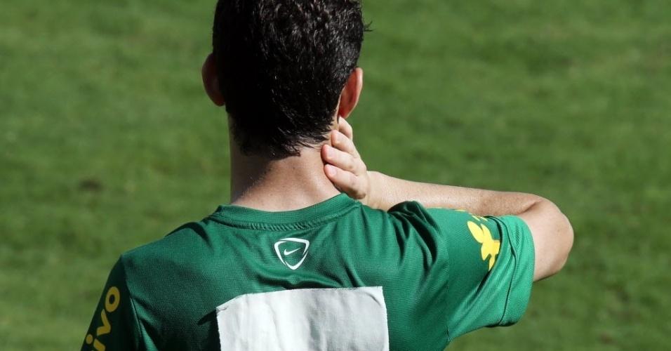 12.jun.2013 - Camisa de treino da seleção com remendo para cobrir patrocinador; na foto, o meia Oscar