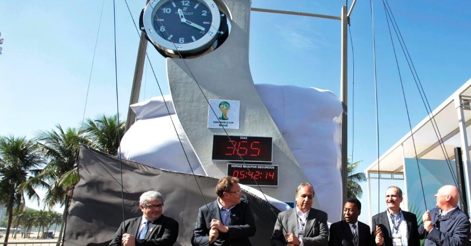 12.jun.2013 - Foi instalado nesta quarta-feira em Copacabana, Rio de Janeiro, um relógio com contagem regressiva para o início de Copa do Mundo de 2014. A inauguração fez parte das comemorações de um ano para a abertura do Mundial do Brasil