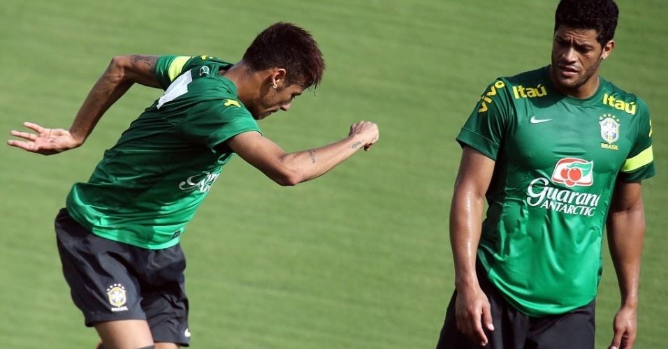 12.jun.2013 - Hulk observa Neymar durante o treino da seleção brasileira nesta quarta
