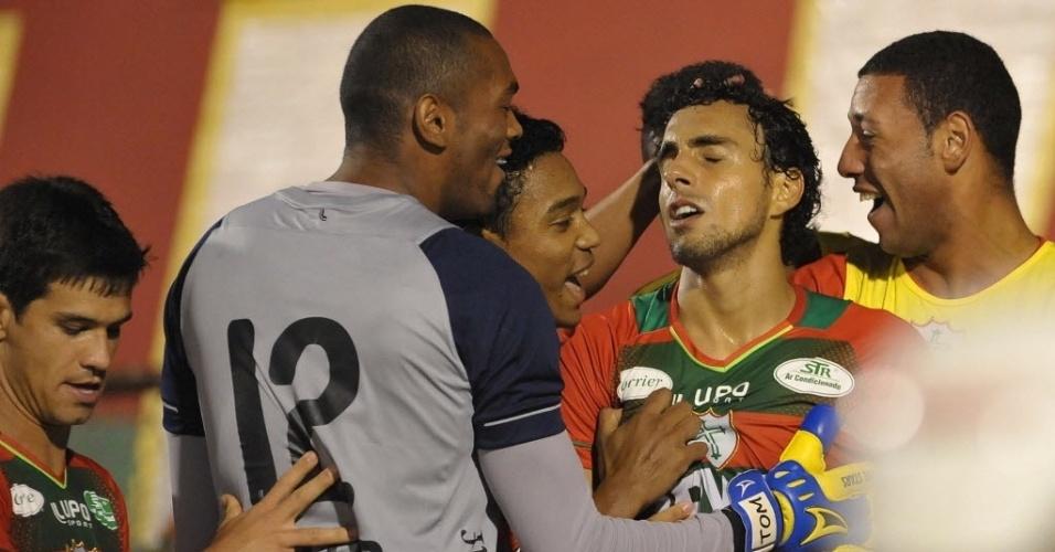 12.jun.2013 - Jogadores da Portuguesa comemoram gol de Diogo contra o Fluminense pelo Brasileirão