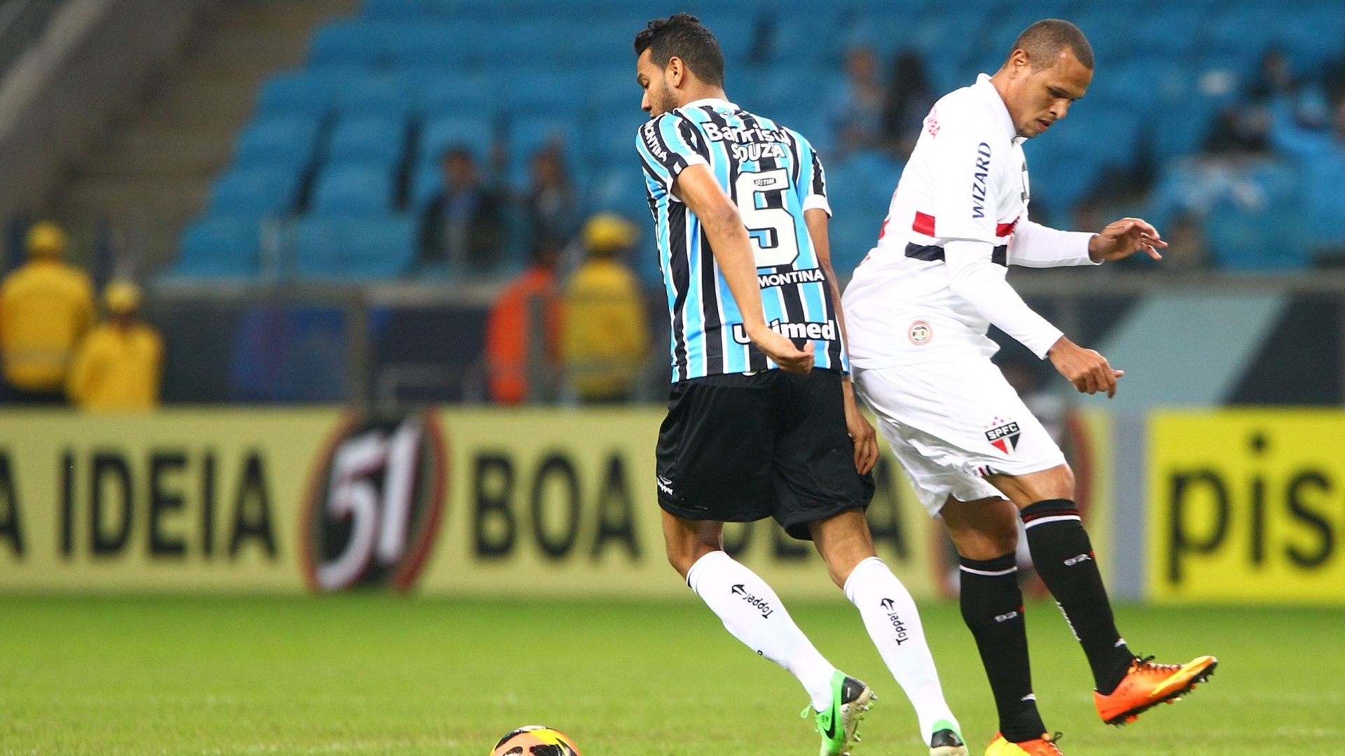 12.jun.2013 - Luis Fabiano tenta jogada de ataque na partida entre Grêmio 9a2524290be68