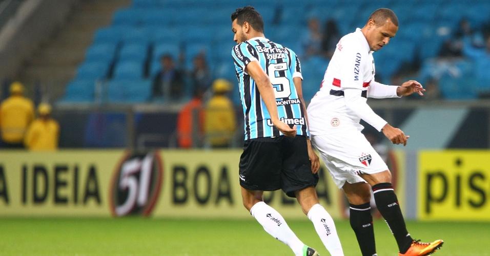 12.jun.2013 - Luis Fabiano tenta jogada de ataque na partida entre Grêmio e São Paulo, em Porto Alegre, pelo Campeonato Brasileiro