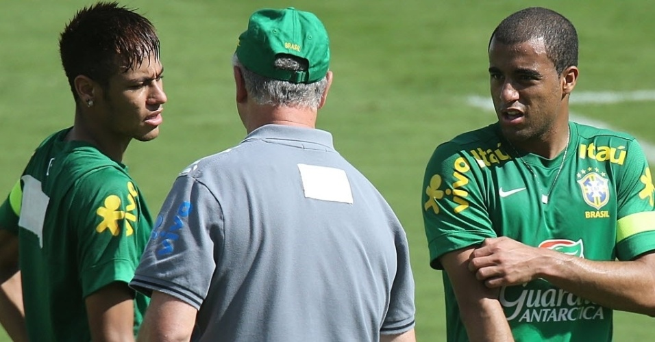 12.jun.2013 - Luiz Felipe Scolari conversa com Neymar e Lucas no treino da seleção nesta quarta-feira