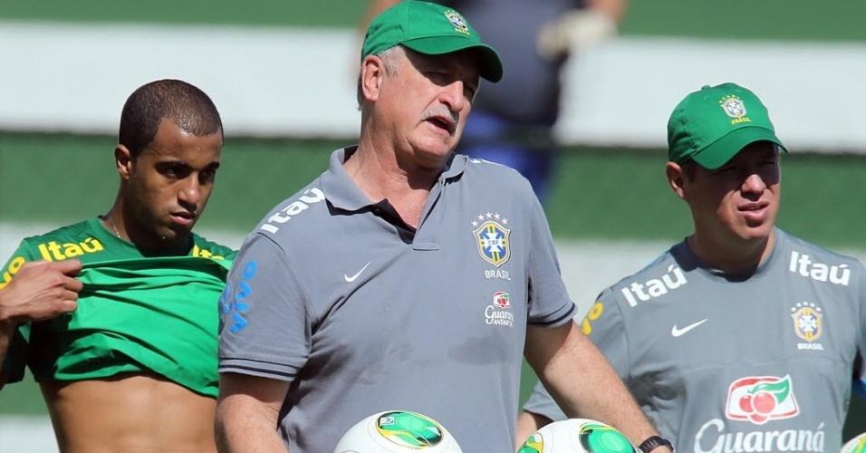 12.jun.2013 - O técnico Luiz Felipe Scolari comanda o treino da seleção brasileira nesta quarta, o último em Goiânia antes da Copa das Confederações