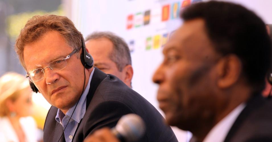 12,jun.2013 - Observado pelo secretário-geral da Fifa, Jerome Valcke, Pelé discursa durante evento que marcou a contagem regressiva de um ano para o início da Copa do Mundo de 2014 no Brasil. No evento, foi inaugurado em Copacabana um relógio que marcará quanto tempo falta para a abertura da competição