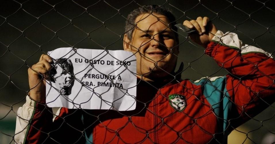 12.jun.2013 - Torcedor da Portuguesa mostra cartaz bem-humorado no Canindé antes da partida contra o Fluminense pelo Campeonato Brasileiro. Com os dizeres