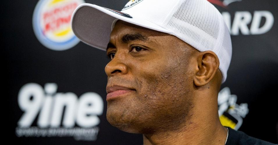 Anderson Silva ouve pergunta durante coletiva de imprensa no Rio de Janeiro
