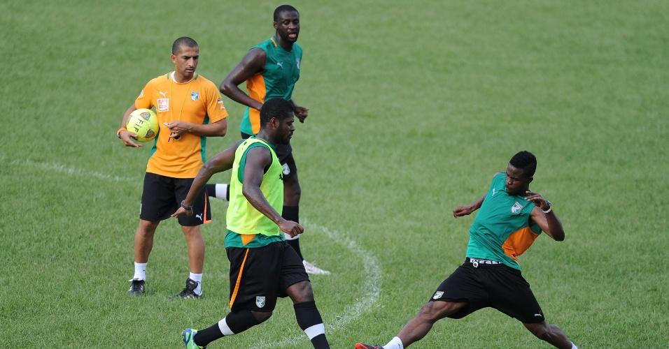 12.jun.2013 - Jogadores da Costa do Marfim treinam para a partida contra a Tanzânia pelas eliminatórias da Copa do Mundo-2014; atividade foi marcada por uma briga entre atletas