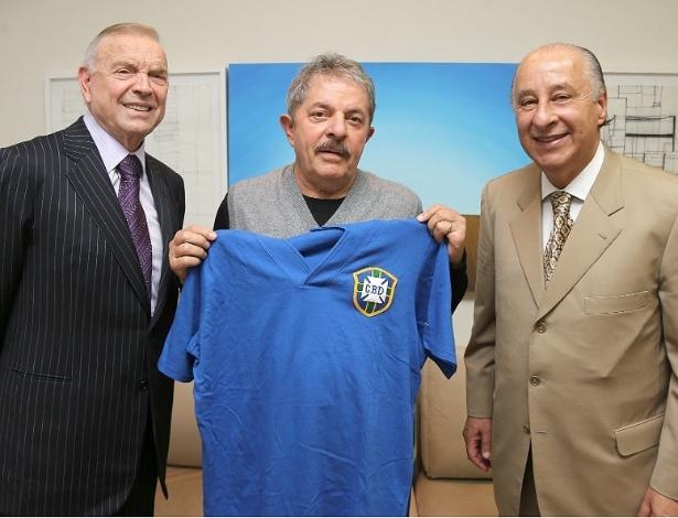 Ex-presidente Lula recebe uma réplica da camisa da seleção brasileira de 1958 das mãos do presidente e do vice da CBF, José Maria Marin (esq) e Marco Polo del Nero
