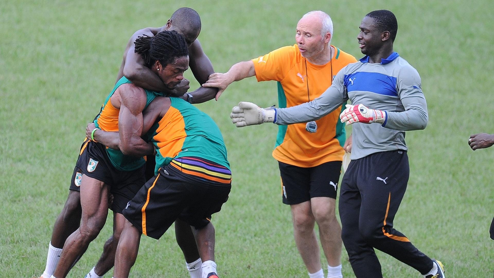 Gossio Gossio (à esq) e Abdul Razak (de costas) brigam durante treino da seleção da Costa do Marfim que se prepara para jogar pelas eliminatórias africanas no domingo