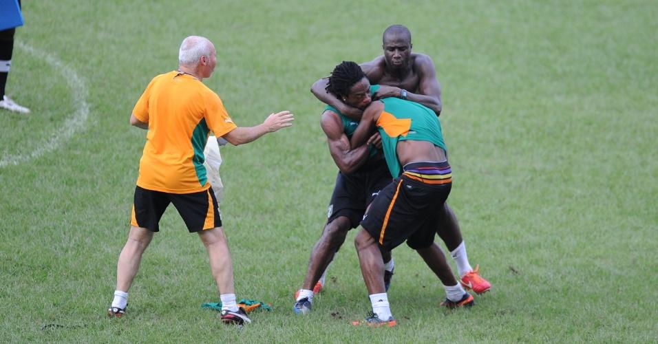 12.jun.2013 - Gossio Gossio (à esquerda) e Abdul Razak (de costas) brigam durante treino da seleção da Costa do Marfim; equipe se preparava para enfrentar a Tanzânia pelas eliminatórias da Copa-14