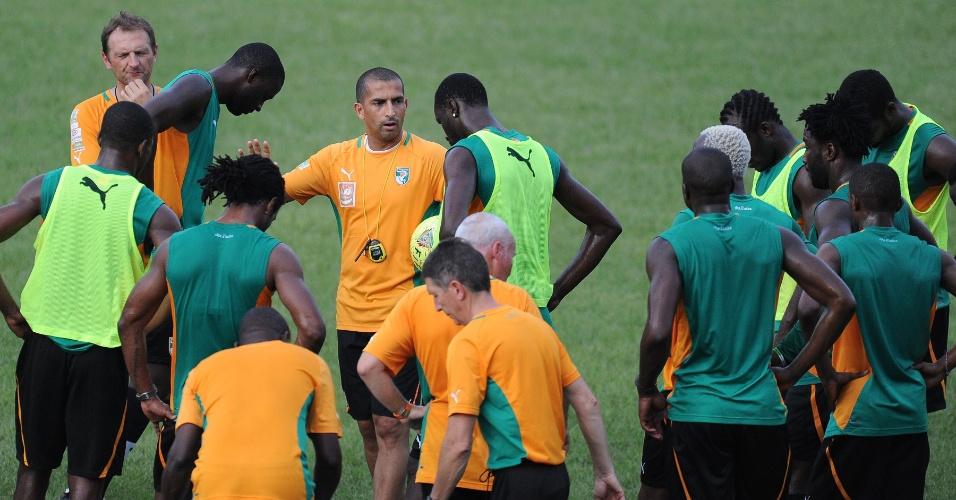 12.jun.2013 - Jogadores da Costa do Marfim ouvem instrução do técnico da equipe durante treino da seleção para partida contra a Tanzânia pelas eliminatórias da Copa-14