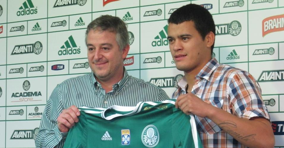 Meia Mendieta recebe das mãos do presidente Paulo Nobre a camisa do Palmeiras