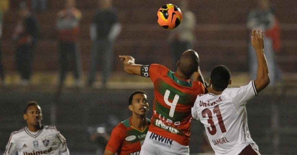 12.jun.2013 - Samuel, do Fluminense, disputa bola de cabeça na partida contra a Portuguesa