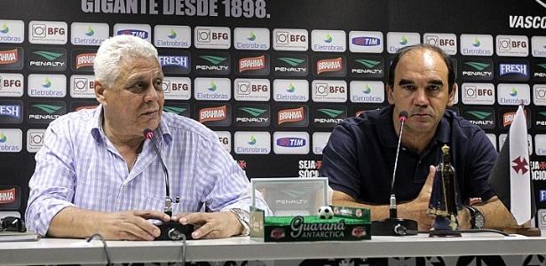 Ricardo Gomes (d) dá sua primeira coletiva como diretor de futebol do Vasco ao lado de Roberto Dinamite