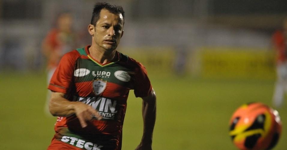 12.jun.2013 - Corrêa corre atrás da bola na partida entre Portuguesa e Fluminense