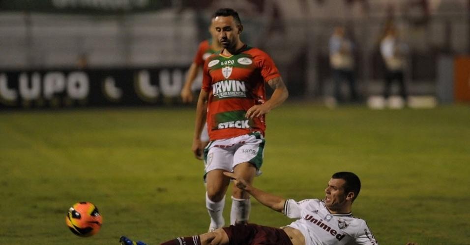 12.jun.2013 - Wagner, do Fluminense, desarma Cañete na partida da Portuguesa pelo Brasileirão