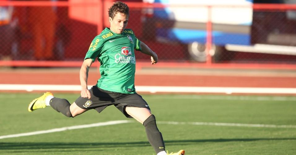 13.jun.2013 - Bernard, atacante do Atlético-MG, faz exercício de finalização durante treinamento da seleção brasileira nesta quinta-feira