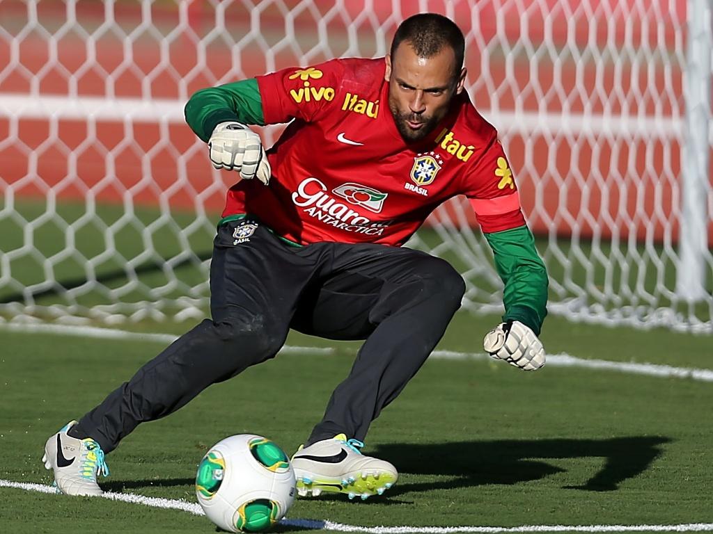 13.jun.2013 - Diego Cavaliei, goleiro do Fluminense, se prepara para fazer a defesa durante treinamento da seleção brasileira nesta quinta-feira, em Brasília