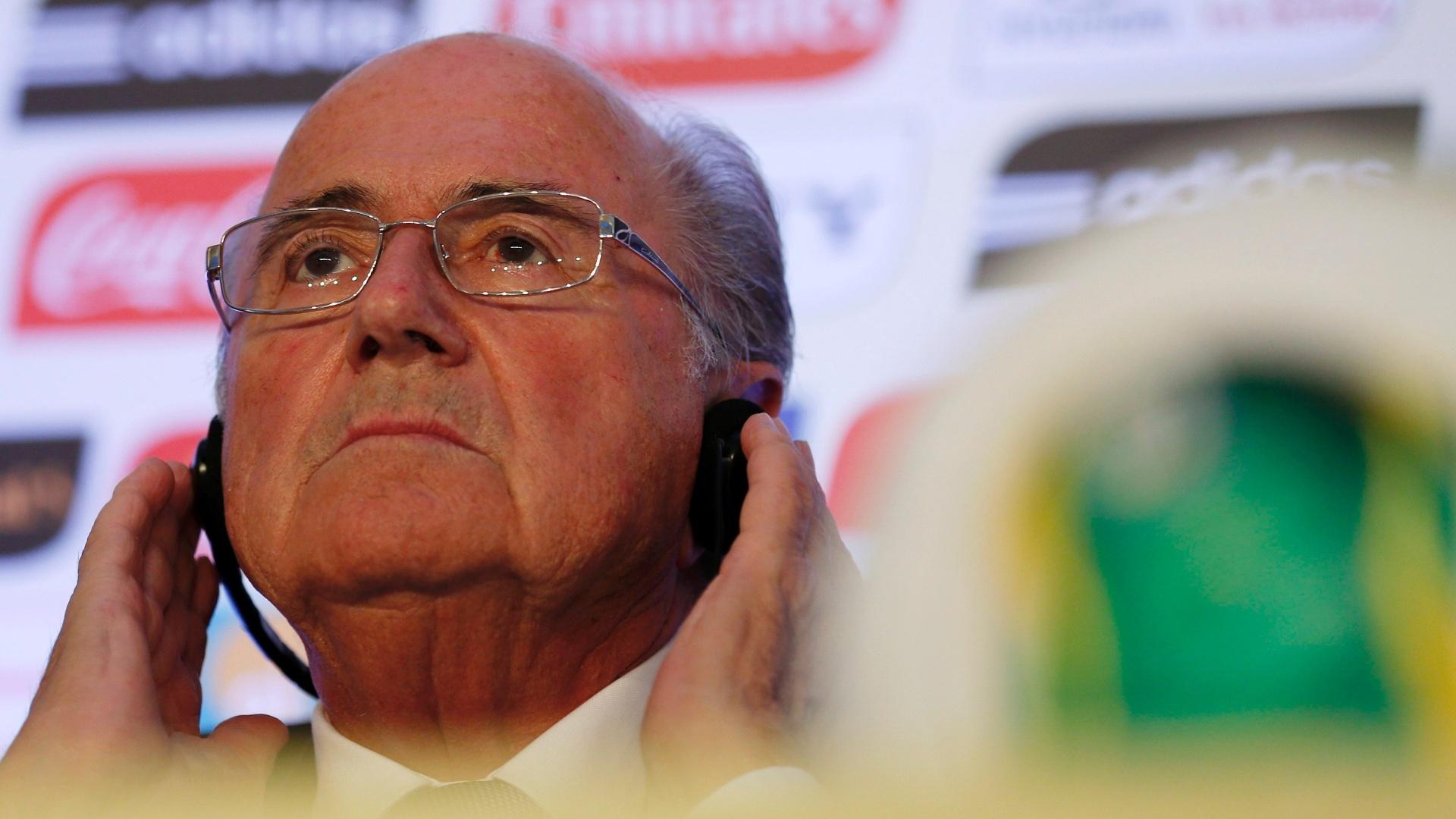 13.jun.2013 - Em evento sobre os preparativos finais para a Copa das Confederações realizado nesta quinta-feira no Rio de Janeiro, o presidente da Fifa, Joseph Blatter (f), admitiu que nenhum dos seis estádios da competição está totalmente pronto