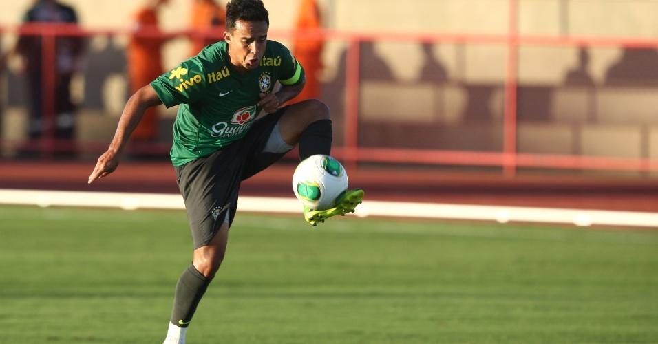 13.jun.2013 - Jadson, meia do São Paulo, participa de treinamento da seleção brasileira nesta quinta-feira
