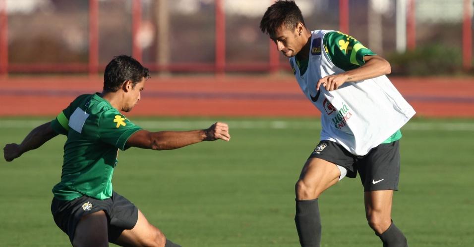 13.jun.2013 - Jean (esq.) e Neymar disputam a bola durante treinamento da seleção brasileira nesta quinta-feira
