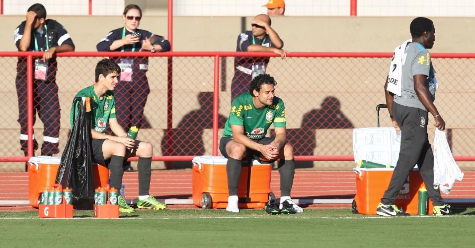 13.jun.2013 - Oscar e Fred descansam durante treinamento da seleção brasileira nesta quinta-feira