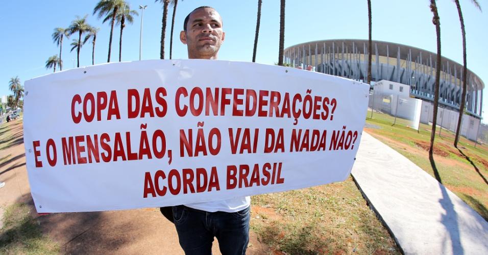 13.jun.2013 - Uziel dos Santos, de 37 anos e vigilante, faz protesto contra a política brasileira e a realização da Copa das Confederações em frente ao estádio Mané Garrincha, em Brasilia