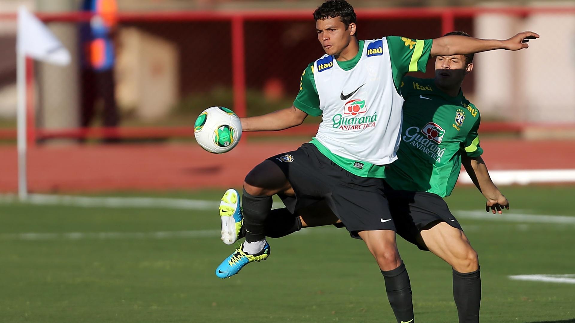 13.jun.2013 - Zagueiro Thiago Silva participa de treino da seleção brasileira nesta quinta-feira; equipe estreia sábado contra o Japão