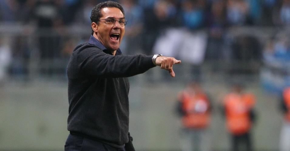 Vanderlei Luxemburgo orienta jogadores do Grêmio em empate contra o São Paulo