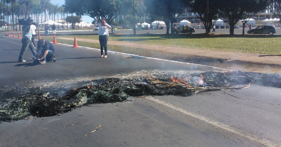 14.jun.2013 - Manifestantes do Movimento dos Trabalhadores sem Teto atearam fogo em pneus nos arredores do estádio Mané Garrincha, em Brasília