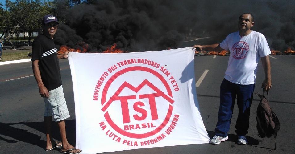 14.jun.2013 - Manifestantes ligados ao Movimento dos Trabalhadores Sem Teto protestam nos arredores do estádio Mané Garrincha, em Brasília