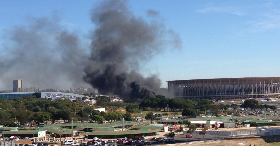 14.jun.2013 - Manifestantes protestam nos arredores do estádio Mané Garrincha, em Brasília