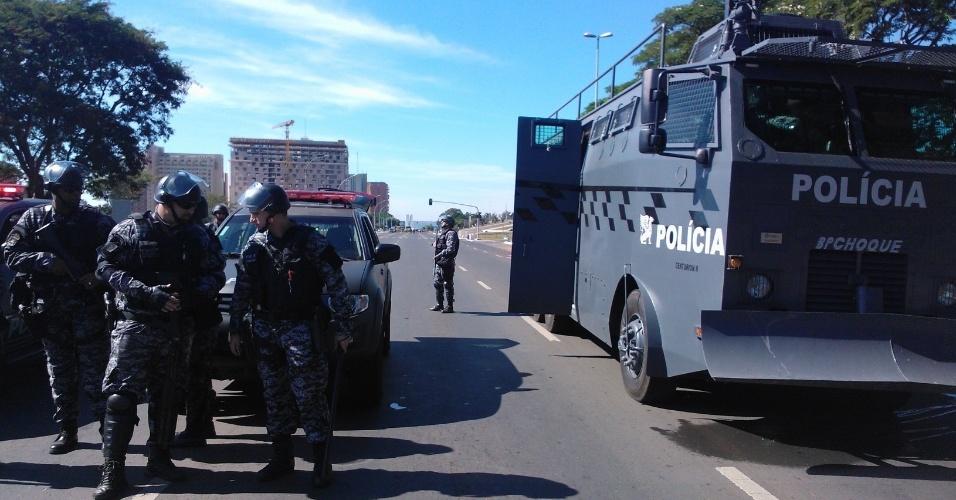 14.jun.2013 - Oficiais da Tropa de Choque foram chamados para conter protesto realizado pelo Movimento dos Trabalhadores sem Teto em Brasília