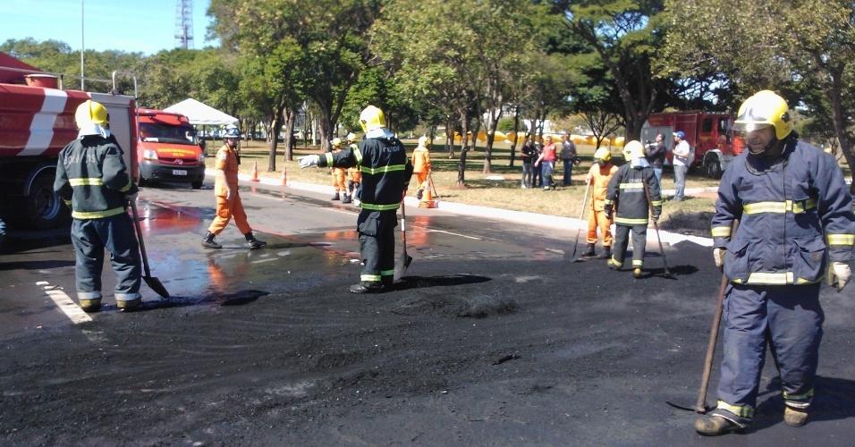 14.jun.2013 - Bombeiros trabalham para limpar a avenida Eixo Monumental, em Brasília, após protesto do Movimento dos Trabalhadores sem Teto