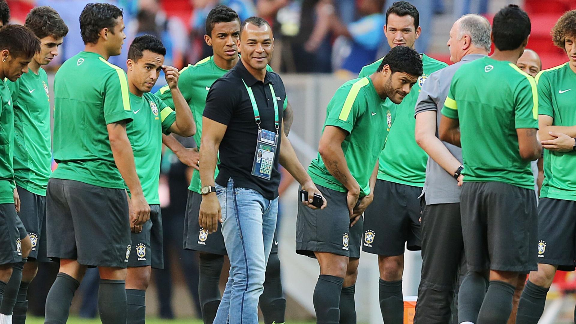 14.jun.2013 - Cafú sorri enquanto conversa com jogadores da seleção brasileira