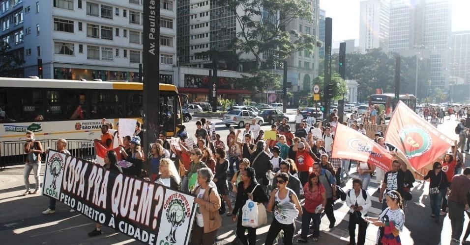 14.jun.2013 - Cerca de 250 pessoas, de acordo com informações da polícia, protestam no vão do MASP, na avenida Paulista, nesta sexta-feira, contra a realização da Copa do Mundo em São Paulo