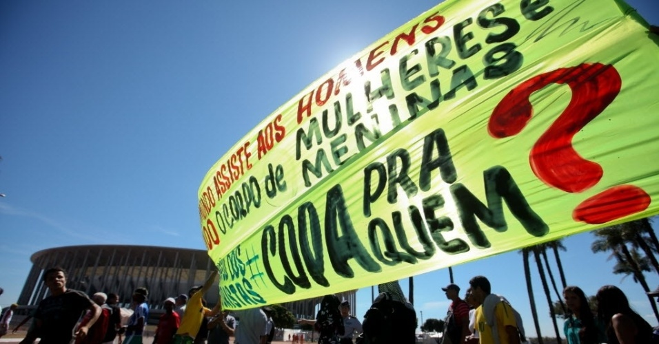 14.jun.2013 - Cerca de 800 manifestantes realizaram protesto nos arredores do estádio Mané Garricnha, em Brasília