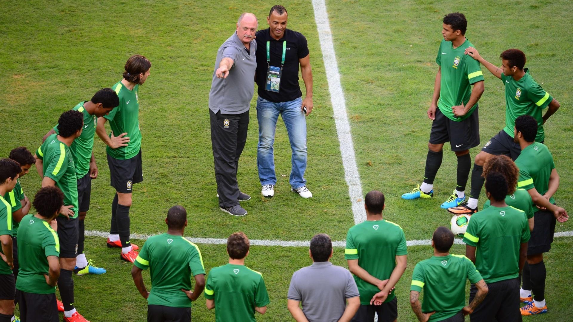 14.jun.2013 - Felipão e Cafú conversam durante treino da seleção brasileira
