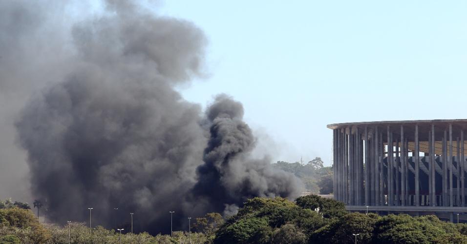 14.jun.2013 - Grande nuvem de fumaça preta pode ser vista nos arredores do estádio Mané Garrincha, em Brasília