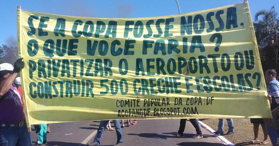 14.jun.2013 - Integrantes do Movimento dos Trabalhadores sem Teto exibem faixa durante protesto nos arredores do estádio Mané Garrincha, em Brasília