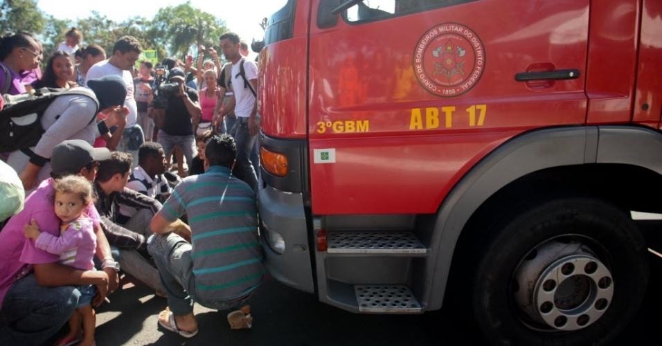 14.jun.2013 - Manifestação nos arredores do estádio Mané Garrincha, em Brasília, provocou a interdição da avenida Eixo Monumental