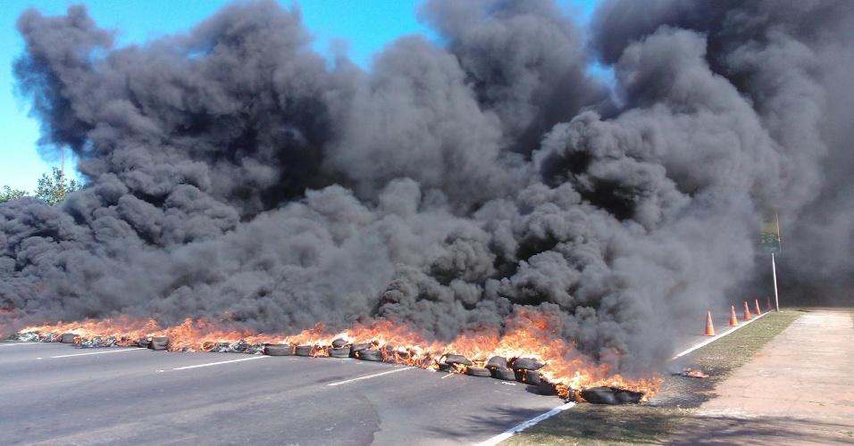 14.jun.2013 - Manifestantes atearam fogo em pneus durante protesto nos arredores do estádio Mané Garrincha, em Brasília