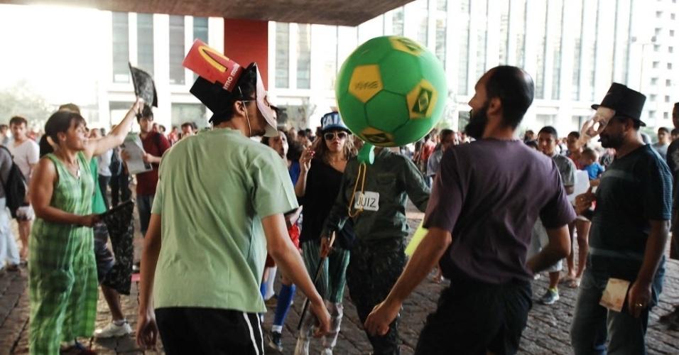 14.jun.2013 - Manifestantes 'batem bola' no vão do MASP durante protesto na avenida Paulista contra a Copa do Mundo em São Paulo