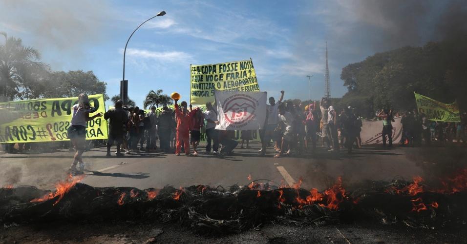 14.jun.2013 - Manifestantes do Movimento dos Trabalhadores sem Teto atearam fogo em pneus nos arredores do estádio Mané Garrincha