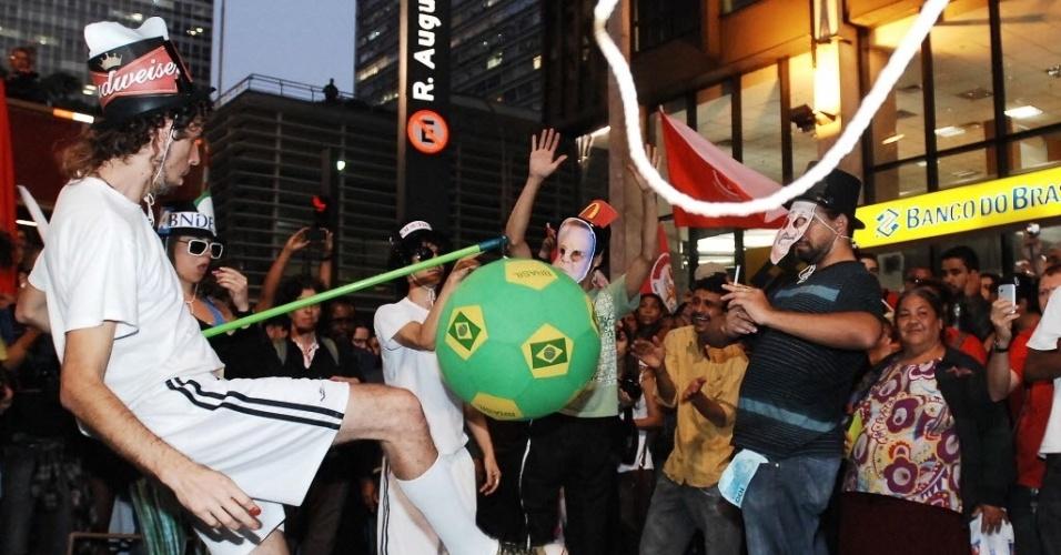 14.jun.2013 - Manifestantes 'jogam futebol' no meio da avenida Paulista durante protesto contra a Copa em São Paulo