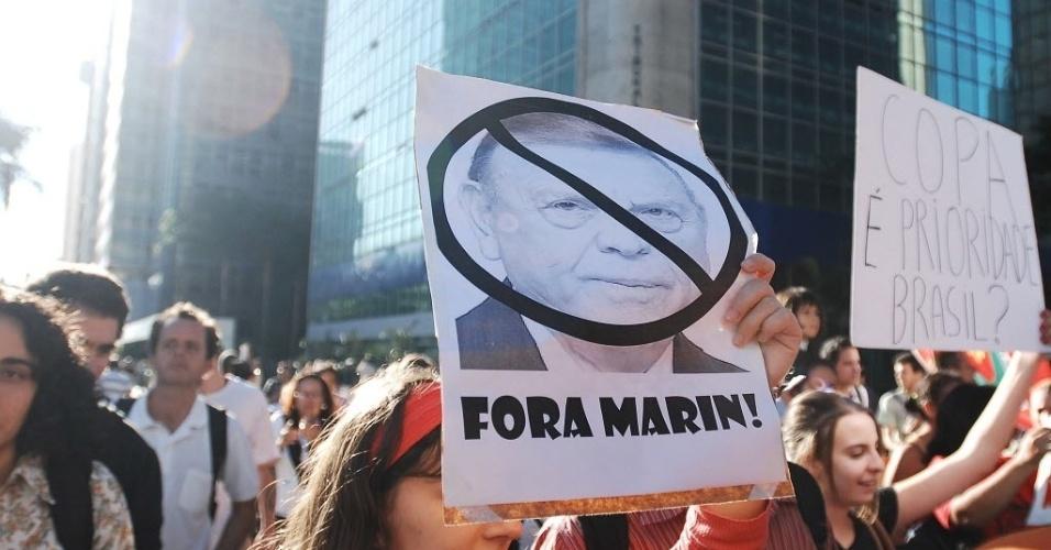 14.jun.2013 - Manifestantes pedem a saída de José Maria Marin da presidência da CBF; também protestam contra a Copa do Mundo em São Paulo