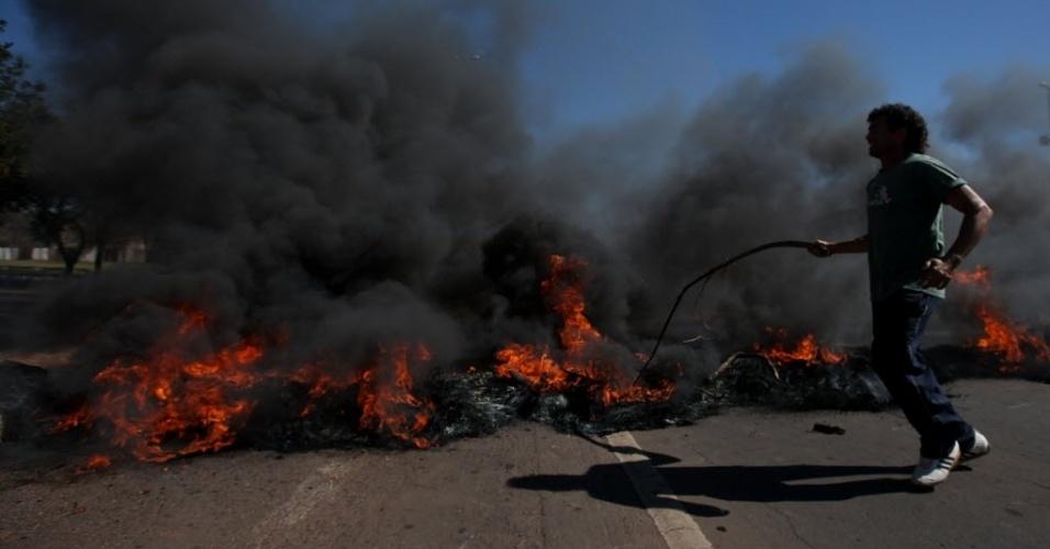 14.jun.2013 - Manifestantes queimaram pneus na avenida Eixo Monumental, nos arredores do estádio Mané Garrincha
