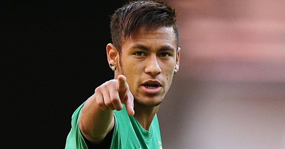 14.jun.2013 - Neymar aponta durante treino da seleção brasileira