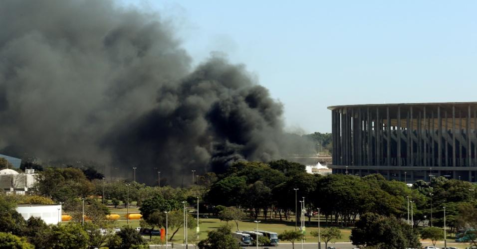 14.jun.2013 - Protesto realizado pelo Movimento dos Trabalhadores sem Teto interditou avenida nos arredores do estádio Mané Garrincha, em Brasília